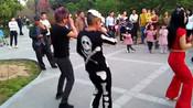 郑州市商都公园红毛尬舞团表演