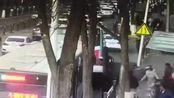 青海西宁城中区路面塌陷公交车坠入,紧急救援正在进行