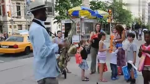 美国城市街头黑人小伙演奏中华人民共和国国歌。