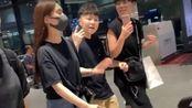 杨丞琳被求婚后现身机场,频撩秀发笑靥如花,与粉丝热聊微笑不已