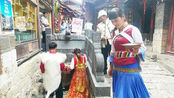 丽江古城,纳西族婚礼,夫妻正在古井里取圣水