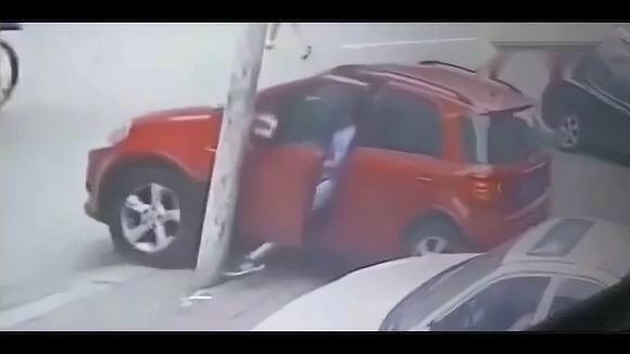 女司机把车停路沿上,监控却拍下这样这样的悲伤!看着扎心