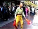 www.zjobb.com 古稀老人恰似老顽童街头耍溜冰技巧引围观