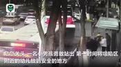 西宁路面塌陷少年救人坠入坑中 昨日 青海西宁一辆公交车进站过程中