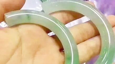 云南:女游客试戴30万玉镯碎了 当场吓晕