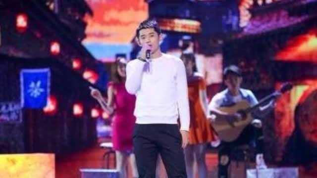 """张继科演唱赵雷成名曲《成都》,他在舞台航表示:""""想通过这个节目把体育精神传递给在奋斗路上的年轻人们,只有永不放弃的精神才能站得更"""