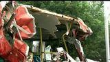 【拍客】实拍成都公交与运沙车惨烈相撞 50余名乘客1死多伤