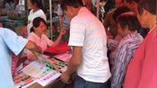 买马果然是广东一大特色,大叔大妈们买六合彩马报都舍得花钱。