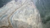 近距离直击金沙江堰塞湖:滑坡高度超300米 仍有泥沙滚落