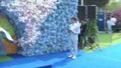 林志玲婚礼伴手礼购买画面 用纸箱包装开车运送