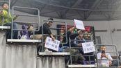 季前赛球迷举牌:看毛NBA CBA不香吗?