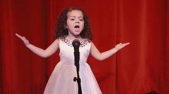 4岁的小女孩台上演唱弗兰克·辛纳屈的《我的路》,实力杠杠的