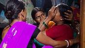 印度现大规模性侵 受害者在女警肩上哭泣