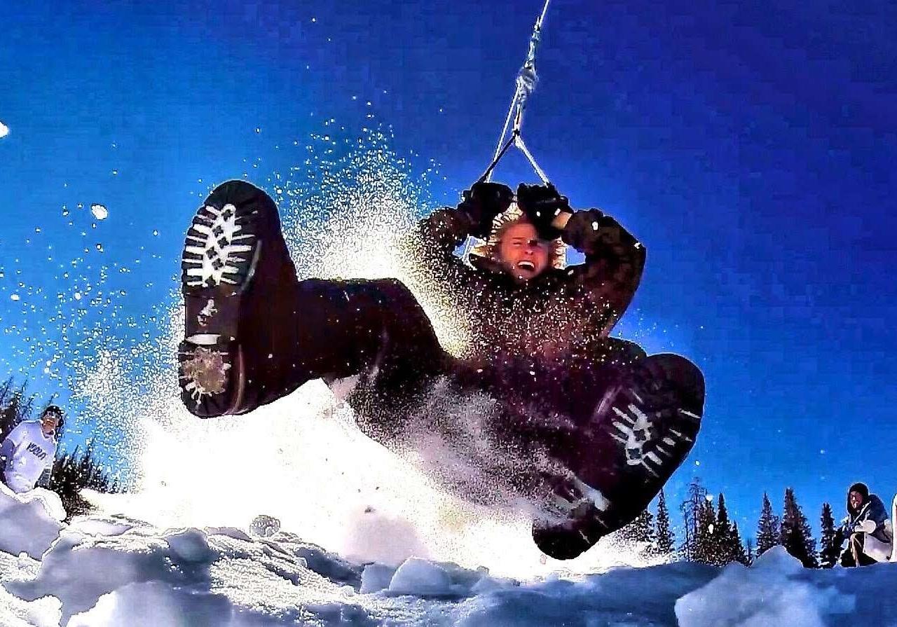 雪地里的狂欢:高空滑索滑雪