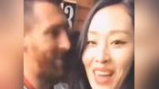 这算性骚扰吗?疑似中国女球迷强吻梅西,竟还拍下视频