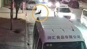 面包车与摩托车相撞 两人腾空翻转数米后掉落