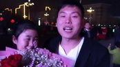 3月2日,河北沙河人民广场,一位22岁小伙向女友求婚成功。两人相识2年多,是同一