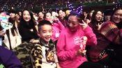 陈小春演唱会宣布老婆怀二胎,台下应采儿和Jasper超开心