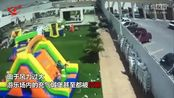 游乐场突起大风将充气城堡吹走 儿童被摔落一地