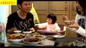 张丹峰女儿吃鱼停不下来,好萌好可爱,长大了一定比小甜馨漂亮