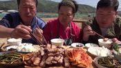 韩国农村一家三口的一顿饭:油煎五花肉,妈妈煎一块父子抢一块