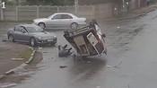 【乌克兰】货车被撞腾空翻转360度 四脚朝天甩出司机