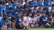 日本备战与乌拉圭热身赛 公开训练前球员与球迷友好合影
