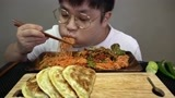 """韩国吃播:""""香辣拌面+韩式煎饺"""",小哥大口的吃,吃的好开心"""
