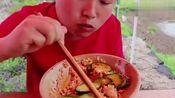 """胖妹做""""怪味""""棒棒鸡,1人吃3只,配一大碗米饭下肚,看着真香"""