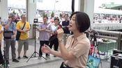 香港街头艺人,小龙女翻唱一首《听说爱情回来过》唱功不是一般!