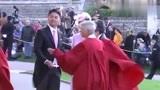 刘强东夫妇出席英国皇室婚礼,高调秀恩爱!