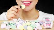 美女吃美国超流行糖果,一枚枚像是硬币,你喜欢吗?