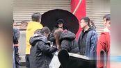 杨幂重庆拍戏被偶遇,黑衣裹身素颜略显憔悴,但纤细双腿仍吸睛