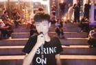 流浪歌手王亮在三亚街头直播演唱老歌《把悲伤留给自己》
