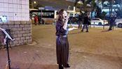 街头歌手芯妮翻唱怀旧老歌《大约在冬季》歌声动听,引人围观