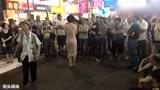 街头艺人演唱邓丽君的《漫步人生路》穿着打扮得体!