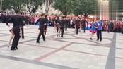 这样子的广场舞,不怕没人围观!