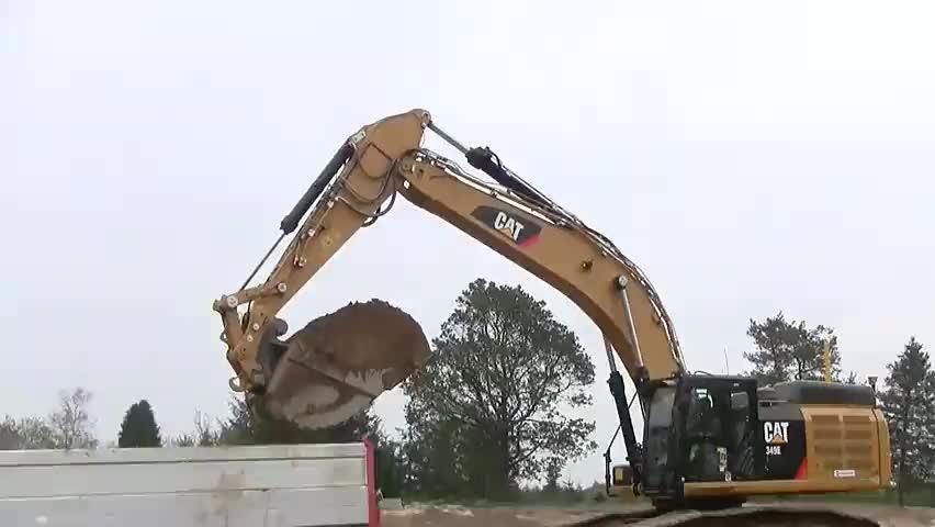 实拍卡特349E挖掘机挖土,挖渠道装车运土方过程