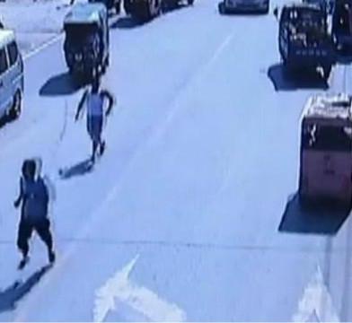 河南驻马店城管被瓜贩刺伤身亡案现场监控