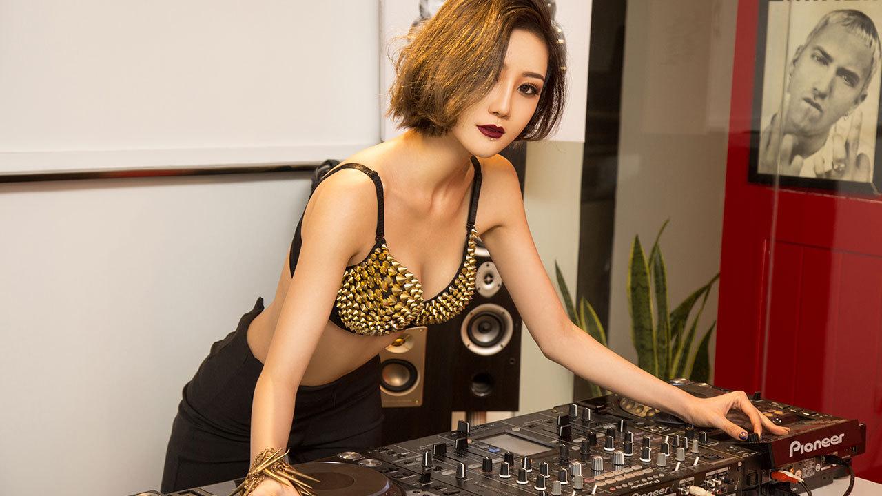 性感DJ热辣摩擦,燃烧电音释放诱惑灵魂