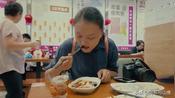 新疆女孩在广州吃的早餐叫肠粉,猜猜这是什么肠做的?