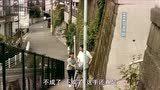 小出早织跟着小林薰去菜市买菜,在后面帮他打杂