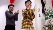 8岁儿子带着30岁妈妈跳舞,舞姿动作青春有活力,母子俩人配合十分默契