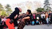 郑州人民公园大爷大妈上演奇葩尬舞