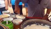 大叔早餐卖手工制作豆腐脑, 每天5点出摊7点就卖光!