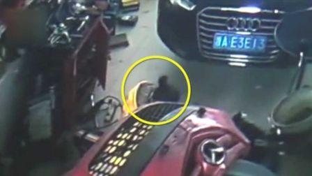 监拍女子溜进修车行 30秒不到生下男婴后跑了
