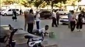 男子装残疾人乞讨,被外国人脱下裤子当场揭穿