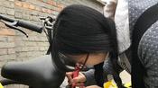 女生手绘修补车牌 这个心灵手巧的女孩让毁车的人脸红