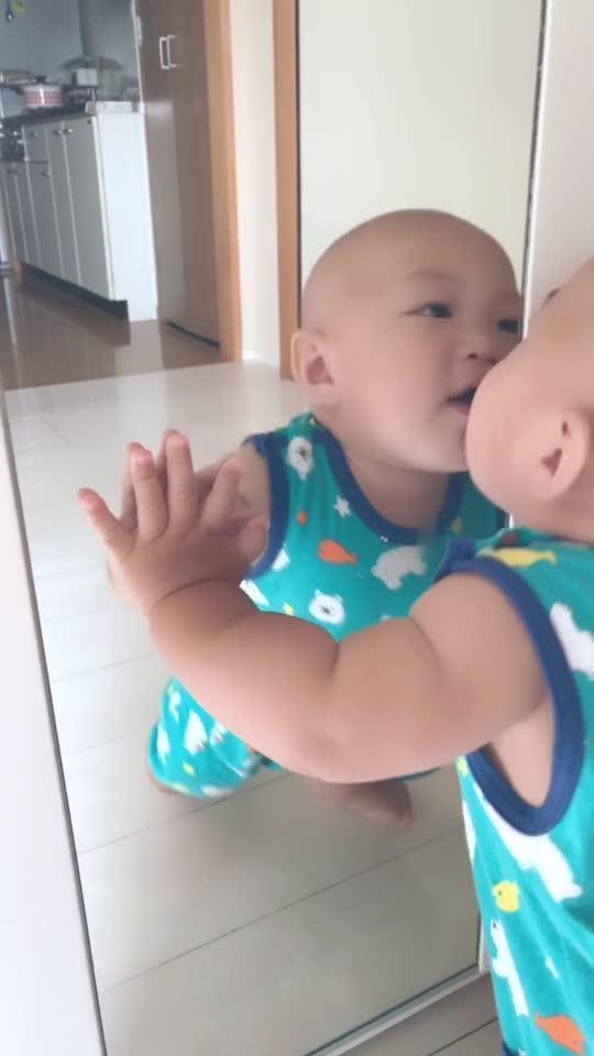 双胞胎见面先亲一个