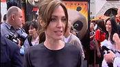 《功夫熊猫2》首映 安吉丽娜·朱莉黑色礼服亮相